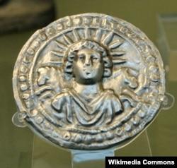Harmadik századi Sol Invictus egy római ezüstlemezen.