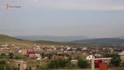 """""""Eñ birinci - birlik olayıq"""": qırımtatarlar beraberlikte apis etilgen Mecit Abdurahmanovnıñ evini qura (video)"""