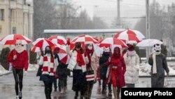 Жаночы марш з нацыянальнымі колерамі ў Менску 26 студзеня 2021 году. Фота Tut.by