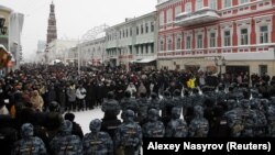 Түрмеде отырған оппозиция лидері Алексей Навальныйды қолдап қарсылық акциясына шыққандар мен олардың жолын бөгеп тұрған полиция жасағы.Қазан, Татарстан, 23 қаңтар 2021 жыл.