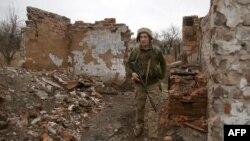 Patrulă ucraineană pe linia frontului, în apropierea orașului Marinka, regiunea Donețk, 12 aprilie 2021