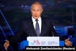 Президент Росії Володимир Путін жестами виступає з промовою під час пленарного засідання на Східному економічному форумі у Владивостоку, Росія, 3 вересня 2021 року
