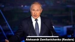 Владимир Путин выступает на Восточном экономическом форуме во Владивостоке. 3 сентября 2021 г.