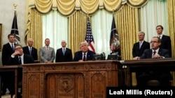 «Це дійсно історичний момент», заявив Дональд Трамп (в центрі), сидячи в Овальному кабінеті разом із Авдуллою Хоті (праворуч) та Александром Вучичем (ліворуч).