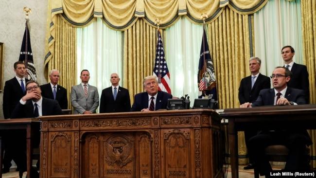 Predsednik SAD Danald Tramp nakon potpisivanja sporazuma, a tokom pres konferencije, između presednika Srbije Aleksandra Vučića (levo) i premijera Kosova Avdulaha Hotija (desno). Bela kuća, 4. septembar 2020.