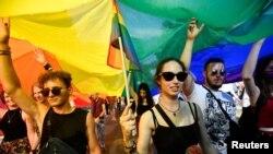 Mii de oameni au participat la Pride Budapest, după intrea în vigoarea a unei controversate legi LGBTQ, inițiată de guvernul Orban, Budapesta, 24 iulie 2021.