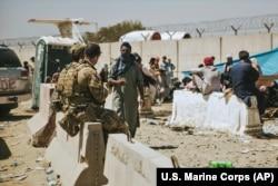 Канада әскері эвакуацияға көмектесіп жатыр. Кабул әуежайы, Ауғанстан. 24 тамыз, 2021 жыл.