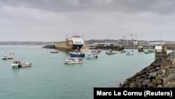 Francia halászflotta Saint Helier kikötőjében, Jersey szigeténél, 2021. május 6-án