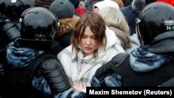 Policia ruse duke arrestuar një grua gjatë një tubimi në mbështetje të udhëheqësit të burgosur të opozitës, Aleksei Navalny, 23 janar, 2021.
