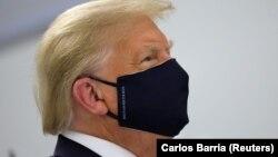 Президент США Дональд Трамп в один из редких дней, когда его видели в маске (архивное фото).