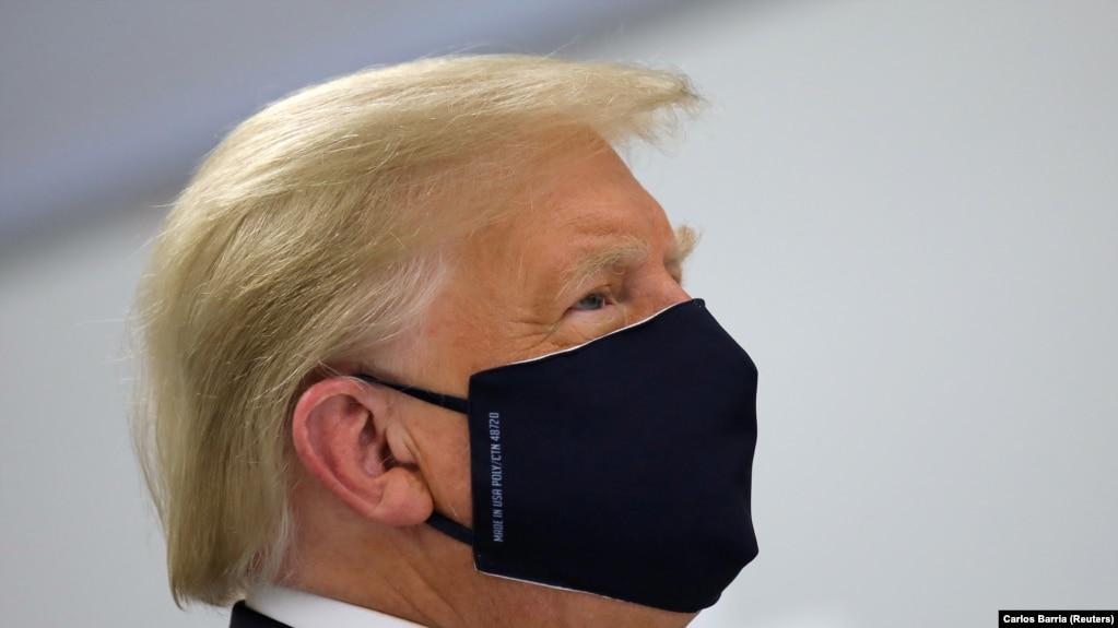 Дональд Трамп в один из редких дней, когда его видели в маске (архив)