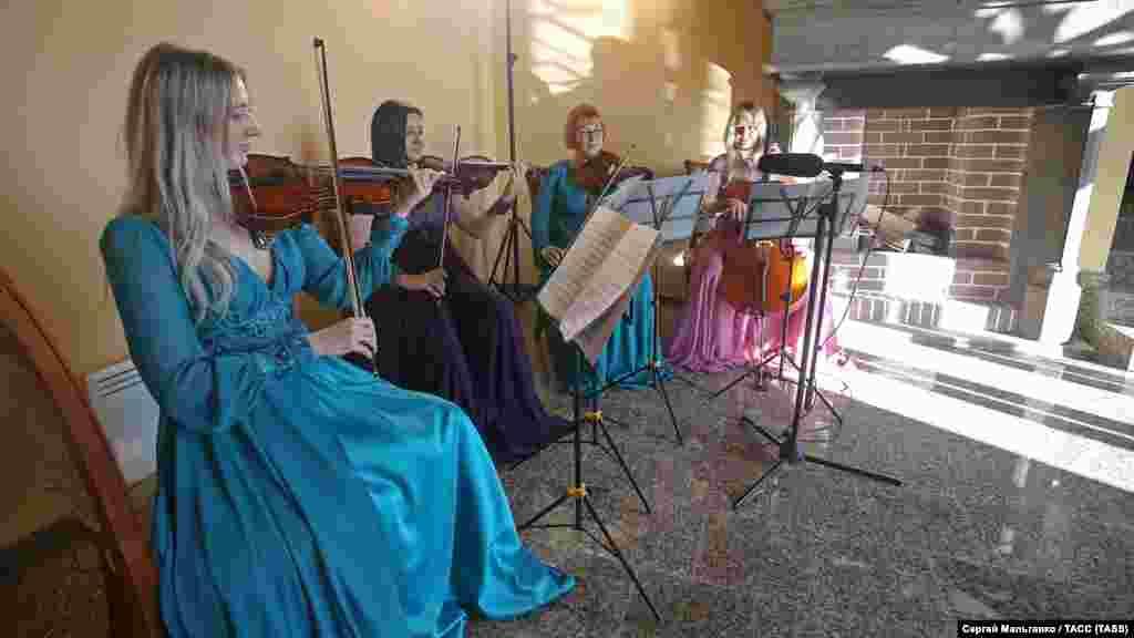 На церемонію запросили оркестр