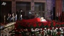 Kim Çen Iriň jesedi memorial köşkde