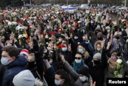 Люди, собравшиеся на похороны Романа Бондаренко в Минске