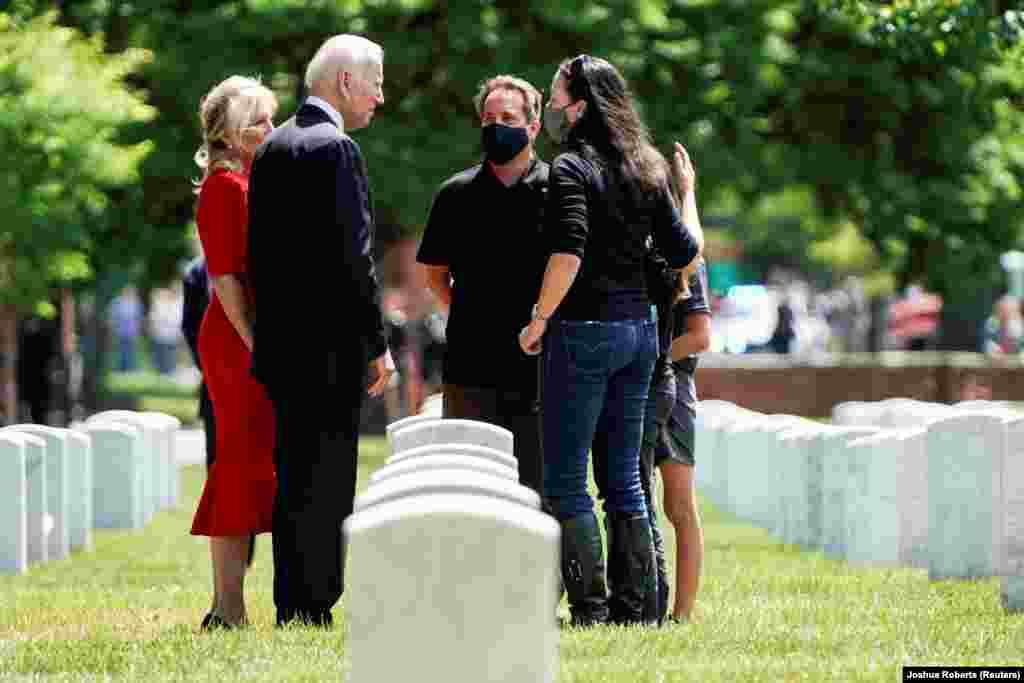Joe Biden amerikai elnök az arlingtoni temetőben emlékezett meg az elsett katonákról feleségével, Jillel.