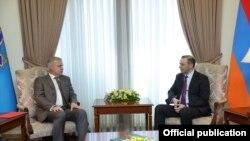 Генсек ОДКБ Станислав Зась (слева) и и. о. главы МИД Армении Армен Григорня