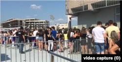Tineri, la un concert la Mall Vitan, fără a respecta distanța socială.
