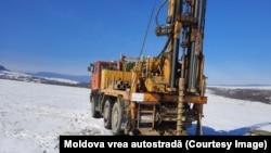 """Pe A8 au fost reluate forajele pe Tronsonul T2 din secțiunea S3, în apropierea localității Vânători-Neamț, anunța, în februarie, """"Moldova vrea autostradă""""."""
