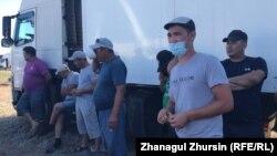 Дальнобойщики, протестующие против решения властей вводить платные дороги в Казахстане. Актюбинская область, 2 июня 2021 года.