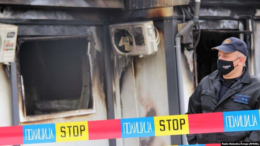 Policë dhe hetues të forenzikës, një ditë pas incidentit në spitalin për COVID-19 në Tetovë, ku vdiqën 14 persona. Shtator 2021.