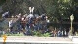 Митингчилер Ак үйдүн короосуна кирип барды