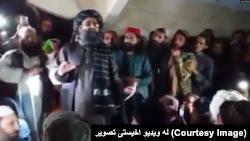 د طالبانو د قطر دفتر مشر ملا برادر یو راوتې ویډيو چې پکې نوموړی په پاکستان کې یوه ناڅرګند ځای کې طالبانو ته وینا کوي. دا تصویر له هغې ویډيو اخېستل شوی دی