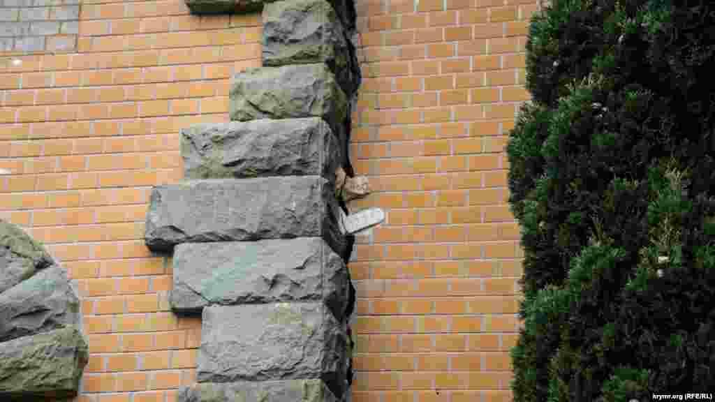 «Маячки» на месте трещины элементов дворцовой южной стены