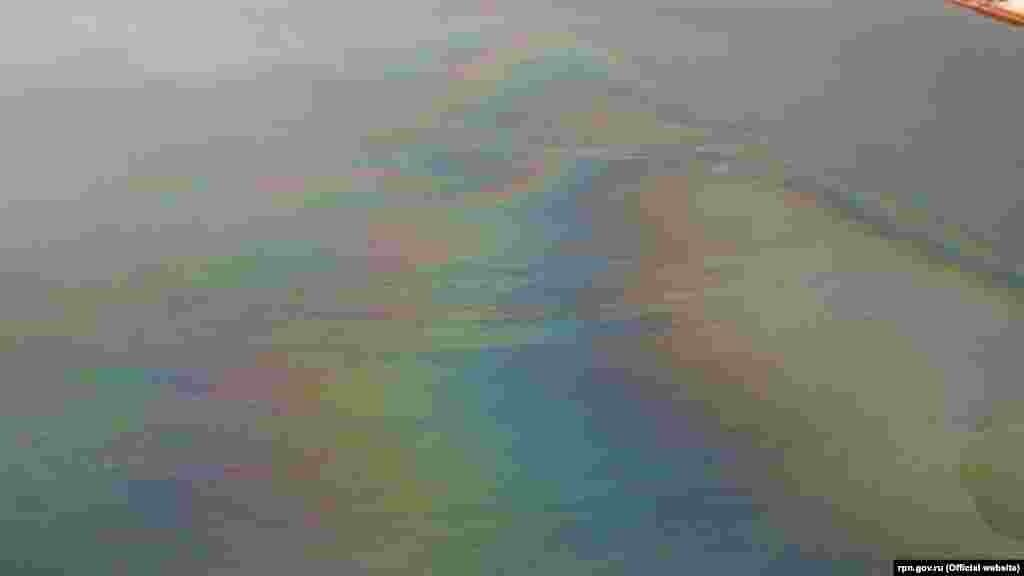 Цього тижня сталося масштабне забруднення нафтою в районі Севастопольської бухти. На поверхні води видно райдужні плями і плівку