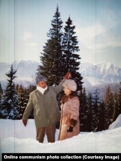 Чаушеску с супругой в лесу во время очередной охоты. 1976 год.