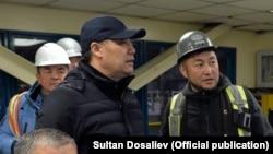 """Президент Садыр Жапаров (на переднем плане) на предприятии """"Кумтор"""". 15 июня 2021 года."""