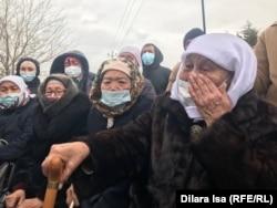 Ұсталды деген цех басшысының әжесі Күлбара Ибрашева (оң жақта) жиын орнында. Алтынтөбе, Шымкент, 4 сәуір, 2021 жыл.