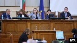 Председателката на парламента закри заседанието на парламента в сряда, за да обсъди бюджетната комисия финалното предложение за увеличението на пенсиите и бонусите за пенсионерите до Нова година