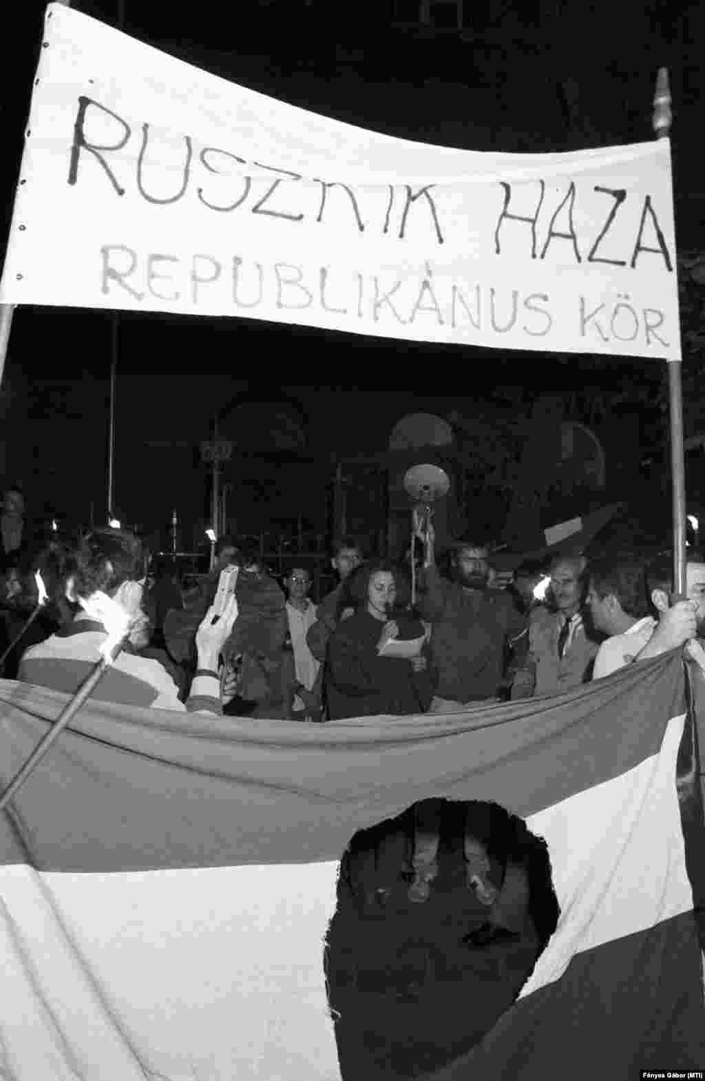 Budapest, 1989. június 15. Tüntetők a szovjet csapatok teljes és végleges kivonásáért Magyarországról a szovjet nagykövetség előtt. A demonstrációt a Fidesz radikális frakciója szervezte.