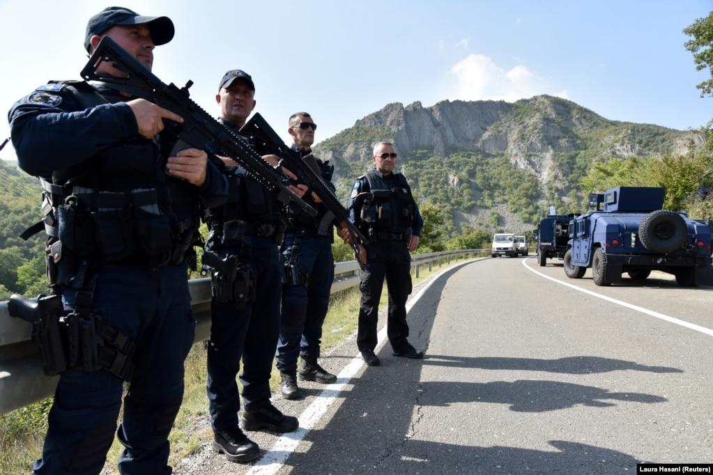 Pjesëtarë të njësitit special të Policisë së Kosovës në rrugën e bllokuar, në Jarinjë.(27 shtator)