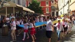 У Празі влаштували святковий Мегамарш вишиванок – відео