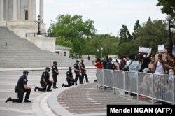 În fața clădirii Capitolului: polițiștii îngenunchează în semn de solidaritate cu demonstrațiile antirasiale, 4 iunie 2020