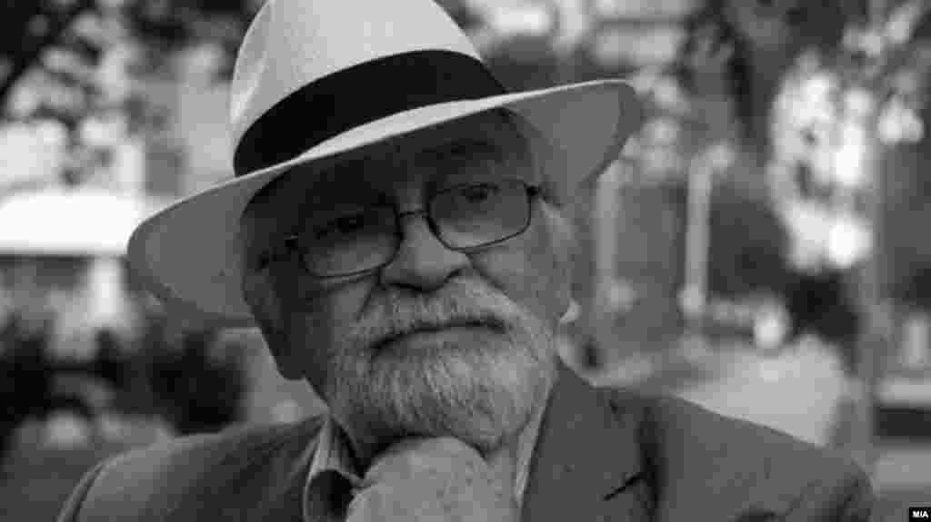 СЕВЕРНА МАКЕДОНИЈА - По кратко боледување почина писателот и хроничар на Скопје, Данило Коцевски. Погребот се одржа денеска на Градските гробишта Бутел во присуство на семејството.