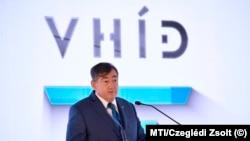 Mészáros Lőrinc egyik cége rendezvényén. Az ő megtakarításai erősen javítják a statisztikát