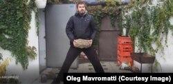 Максим Шалько занимается бодибилдингом, поднимая камни