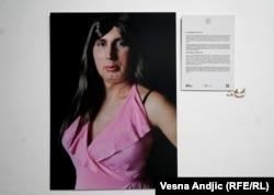 """Aleksandra Gavrilović je rođena u selu Moravci pokraj Ljiga 1974. godine. Kako u opisu izložbe stoji """"vernica je i voli za sebe da kaže da je jedina žena koja je ikada posetila Svetu Goru, Hilandar 1997. godine""""."""