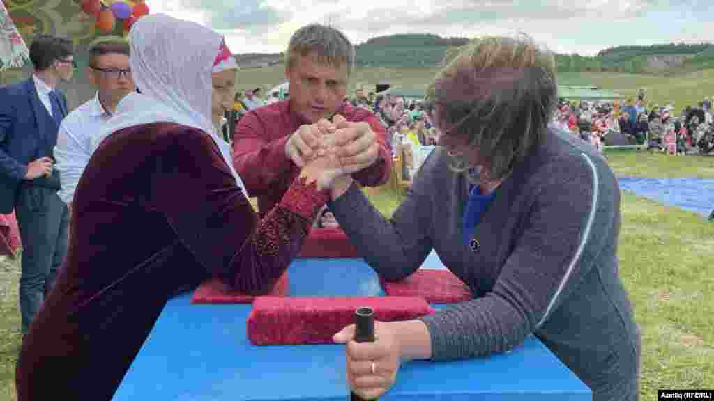 За традицією жінки беруть активну участь в армрестлінгу