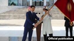 Министрлер кабинетинин башчысы Улукбек Марипов Кыргызстандын курама командасынын капитаны Атабек Азисбековго Кыргызстандын желегин тапшырды.
