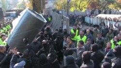 Силовики та протестувальники – момент примирення біля Ради (відео)