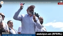 Никол Пашинян демонстрирует молоток во время встречи с избирателями в Сисиане, 15 июня 2021 г.