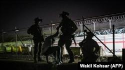 شماری از سربازان بریتانیایی در میدان هوایی کابل