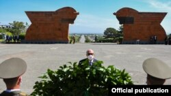 Президент Армении Армен Саркисян в мемориальном комплексе в Сардарапате