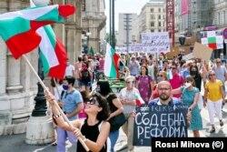 Протестиращи българи оргазнизираха шествие във Виена с плакати на български, английски и немски, за да привлекат вниманието на жителите на австрийската столица.
