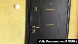 Следы взлома на двери Анатолия