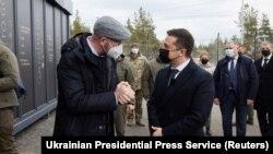 Președintele ucrainean Volodimir Zelenski si președintele Consiliului European, Charles Michel la punctul de control de la Shchastia din regiunea Lugansk, Ucraina, 2 martie 2021.