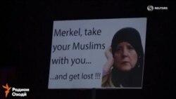 Ангела Меркелро барои қабули муҳоҷирон танқид мекунанд.